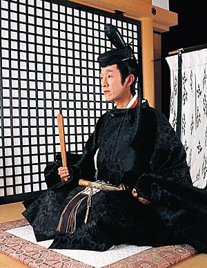 ◆束帯(そくたい)《文官》 行政事務に携たずさわる文官の束帯は、裾部分に襴(らん)という布地をつ